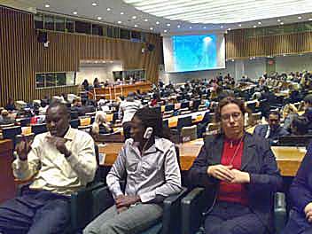 Konverentsitõlge. Uganda ja Soome viipekeeletõlgid ÜROs novembris 2008