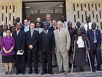 WFD juhatus ja Uganda Kurtide Liidu esindajad kohtusid Uganda parlamendi spiikriga (keskel)