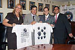 Panama Kurtide Liidu president Digna Barsallo ja kurtide kogukond annavad üle kingituse rahvusliku assamblee presidendile (vasakult teine)