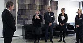 WFD ja Soome Kurtide Liidu esindajad annavad üle palvekirja Soome parlamendi spiikrile